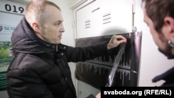 Зьміцер Дашкевіч падчас наведваньня барбэршопу «Чэкіст»
