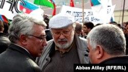 R.İbrahimbəyov (ortada) müxalifətin mitinqinə qatılıb, 8 aprel 2012