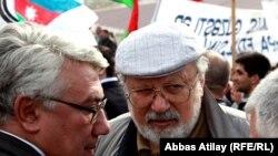 Рустам Ибрагимбеков на митинге (в центре), слева - Эльдар Намазов