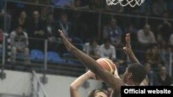 Свидетелями вдохновенного дебюта Дмитрия Хвостова (номер 7) и его партнеров в Евролиге стали всего около 500 зрителей, пришедших во Дворец спорта в Крылатском. Фото с официального сайта http://www.dynamobasket.com