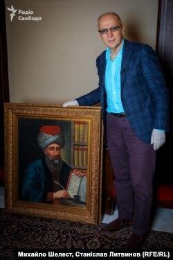 Дослідник Ігор Осташ із автопортретом Абдалли Захера, друкаря Євангелія 1708 року, на території монастиря Святого Іоанна у Хиншарі, Ліван