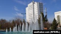 Aşgabatda täze gurlan ýaşaýyş jaý, Türkmenistan, 17-nji ýanwar, 2013.