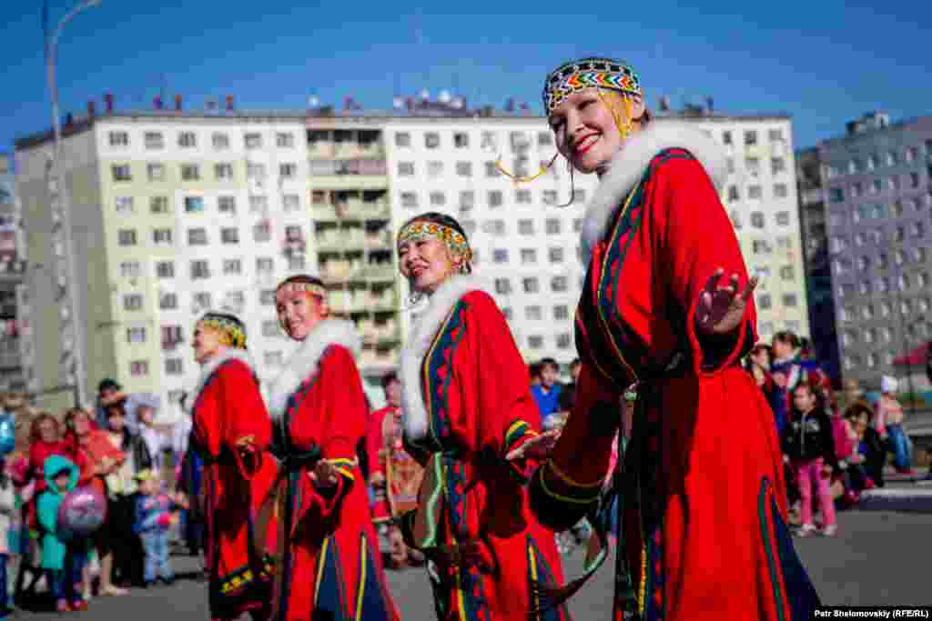 Энцы – вымирающая, но в то же время самая ассимилированная народность. В России их осталось чуть больше 200 человек. Большинство энцев уже не носят своих традиционных костюмов и ведут современный образ жизни.