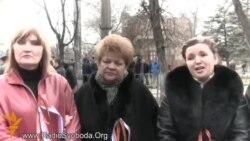 Люди біля захопленої Ради АРК: тривожно. Дивимось лише російські канали