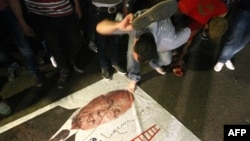 Protestler Ahmet Şafigiň prezidentlik saýlawlarynyň ikinji tapgyryna geçenliginiň yglan edilmeginiň yz ýany başlandy, Kair, 28-nji maý.
