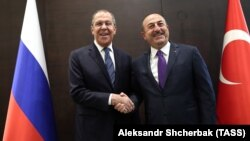 Russian Foreign Minister Sergei Lavrov (left) and Turkish Foreign Minister Mevlut Cavusoglu meet in Antalya on March 29.