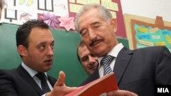 архивска фотографија, поранешниот градоначалник на Ѓорче Петров Сокол Митревски и поранешниот заменик министер за образование Спиро Ристевски