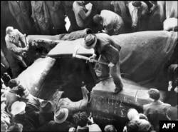 2 ноября 1956 года. Жители Будапешта демонтируют памятник Сталину