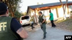 Сан-Бернардино қаласындағы атыс болған ғимарат маңында жүрген полицейлер. АҚШ, 2 желтоқсан 2015 жыл.