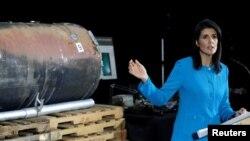 АКШнын БУУдагы элчиси Никки Хейли Вашингтондогу басма сөз жыйынында Иран Йемендеги хусит козголоңчуларына бергени айтылган ракетанын бөлүгүн көргөзүүдө. 14-декабрь, 2017-жыл.