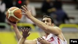 حامد سهرابنژاد از بازیکنان تیم بسکتبال مهرام