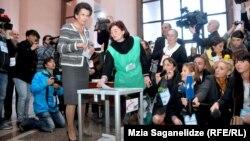 Нино Бурджанадзе голосует на президентских выборах