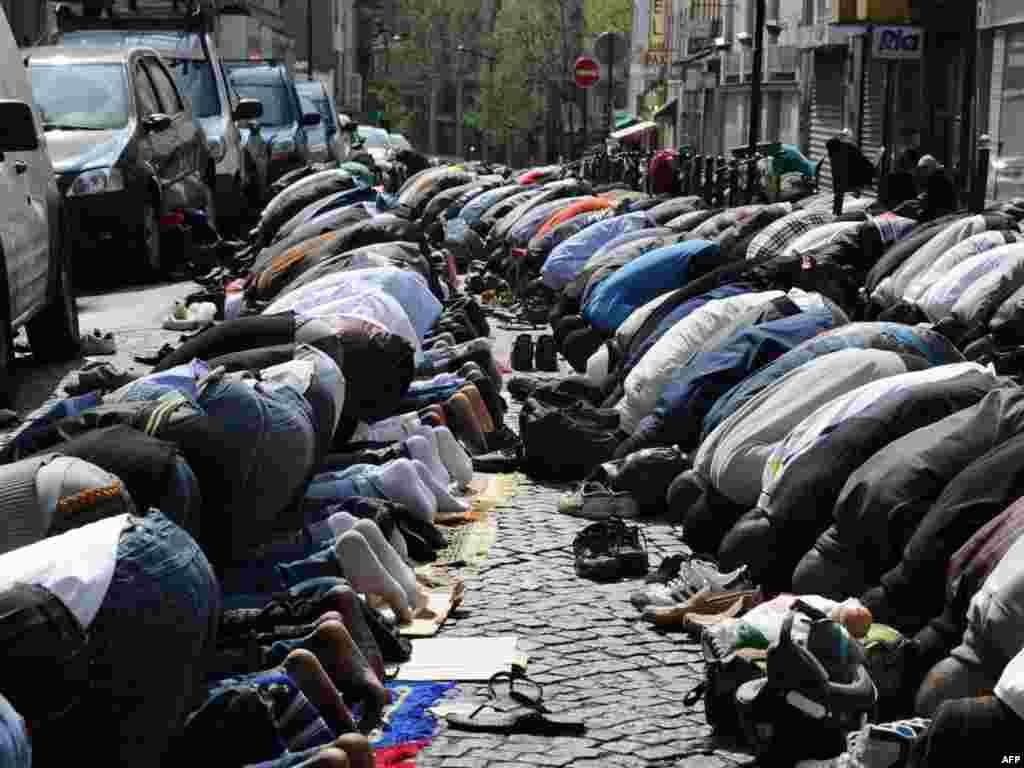 Французькі мусульмани під час традиційної п'ятничної молитви, Париж, 8 квітня. Через брак місця у мечеті мусульманській громаді доводиться проводити щотижневі молитви просто на вулиці. Photo by Miguel Medina for AFP