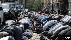 Мусульмане Франции на пятничной молитве на одной из улиц Парижа