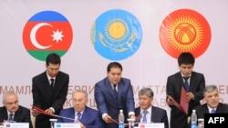 Азәрбайҗан премьер-министры Артур Рашизадә (с), Казакъстан президенты Нурсолтан Назарбаев, Кыргызстан президенты Алмазбәк Атамбаев һәм Төркия президенты Абдулла Гүл (у) килешүләргә кул куя