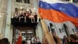 Болельщики празднуют победу сборной России в матче 1/8 финала чемпионата мира по футболу – 2018