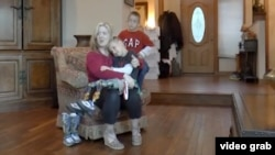 Ребенок из России, рожденный без ног, усыновленный американской семьей в Аризоне