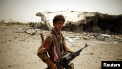 Зинджибар, военнослужащий возле здания, разрушенного в ходе боев между правительственными силами и боевиками