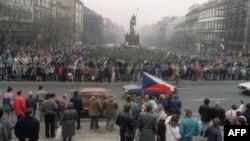 Чехословакияда коммунистік режимге қарсылық білдіріп, елде демократия орнауын талап етіп шеруге шыққан студенттер. 22 қараша 1989 жыл.