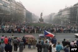 اجتماع هواداران واتسلاو هاول در میدان اصلی شهر پراگ در نوامبر ۱۹۸۹، از زنجیره تظاهرات جنبش موسوم به انقلاب مجملی