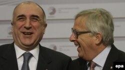 Министр иностранных дел Азербайджана Эльмар Мамедъяров (слева) и председатель Еврокомиссии Жан-Клод Юнкер на саммите в Риге, 22 мая 2015 года.
