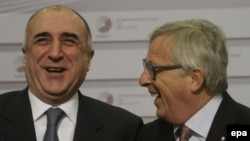 Latvia -- Azerbaijani Foreign Minister Elmar Mammadyarov (L) and President of the European Commission Jean-Claude Juncker arrive at the Eastern Partnership Summit in Riga, May 22, 2015