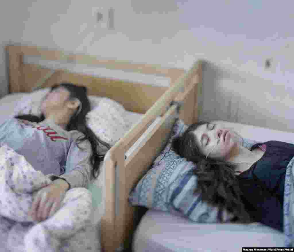 """Номинация: """"Люди"""". Главный приз На снимке Магнуса Венмана из Швеции две беженки из Косова. У девушек синдром отстраненности. При немчеловек становится пассивным, неподвижным, он не ест, не говорит и не реагирует на происходящее."""