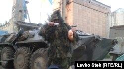Un membru al Gărzii Naționale Ucrainene care păzește fabrica de furaje de la Sloviansk.