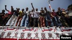 Протестующие в Каире у президентского дворца - против политики правительства, 30 июня 2013 г.