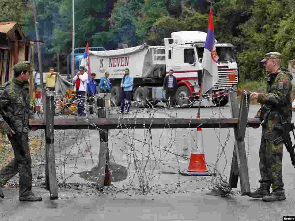 Njemački vojnici KFOR-a na graničnom prijelazu Brnjak, 20.09.2011. Foto:Reuters / Marko Đurica