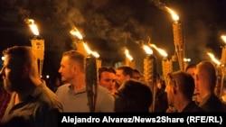 Участники факельного шествия на территории университета Виргинии