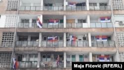 Flamujt e Serbisë në një ndërtesë banimi në Mitrovicën e Veriut - Foto ilustruese