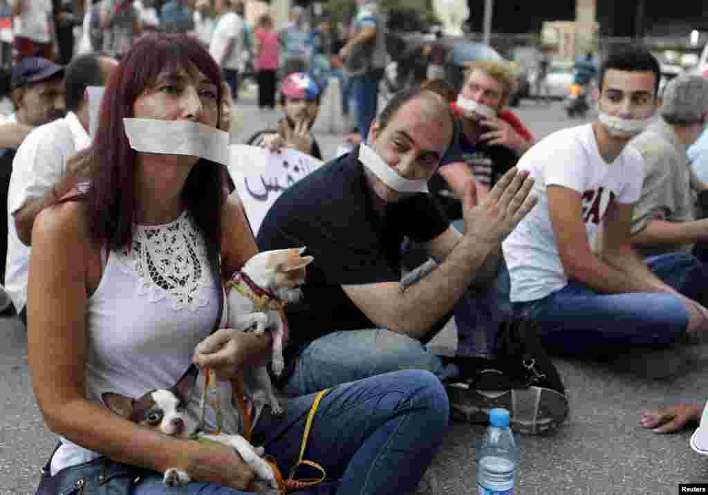 В день, когда активисты объявили голодовку, они также устроили «молчаливый» протест. Жители Бейрута с заклеенными ртами сидели перед зданием министерства сельского хозяйства