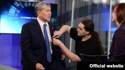 Алмазбек Атамбаев перед интервью телеканалу «Евроньюс».