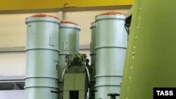 موشک های سری اس ۳۰۰ و اس اس ۴۰۰، از موشک های پيشرفته ضدهوايی محسوب می شوند. عکس موشک اس ۴۰۰ را نشان می دهد.