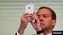Дмитрий Медведев пользуется iPhone