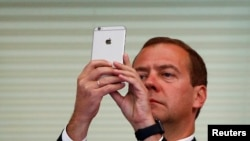 Дмитро Медведєв понад місяць ніяк не коментував звинувачення в корупції