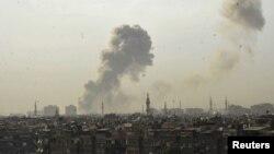Сирия астанасы Дамаскінің үстінен көрініп тұрған жарылыс түтіндері. 10 мамыр 2012 жыл.