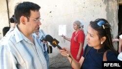 Айнур Курманов дает интервью на очередном пикете в Алматы 21 августа 2008 года. (Фото из архива).
