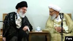 Аятолла Хаменеи Сарапшылар кеңесінің басшысы Мохаммад Реза Махдави Канимен әңгімелесіп отыр. Тегеран, тамыз, 2012 жыл