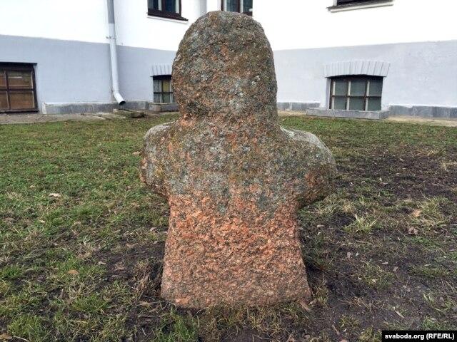 Буцькоўскі ідал – археалягічны помнік дахрысьціянскага часу, знойдзены ў 1986 годзе. Усталяваны каля палацыка