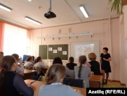 Татар теле укытучысы Рәсимә Садыйкова ачык дәрес алып бара
