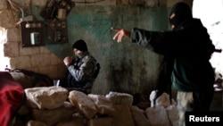 مسلحان من جماعة جبهة النصرة في حلب