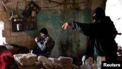 Сирияда билікке қарсы соғысып жатқан көтерілісшілер. Алеппо, 24 желтоқсан 2012 жыл.
