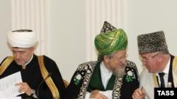 Сотрудничество заключается в том, чтобы силовики не бесчинствовали. Если полиция обвиняет кого-то в ваххабизме или еще в чем-то, то сначала она должна поставить в известность муфтият, говорит Исмаил Бердиев (на фото: крайний справа)