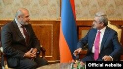 Президент Армении Серж Саргсян (справа) принимает спецпредставителя ЕС по Южному Кавказу Филиппа Лефора (слева), Ереван, 30 октября 2013 г. (Фотография - пресс-служба президента Армении)