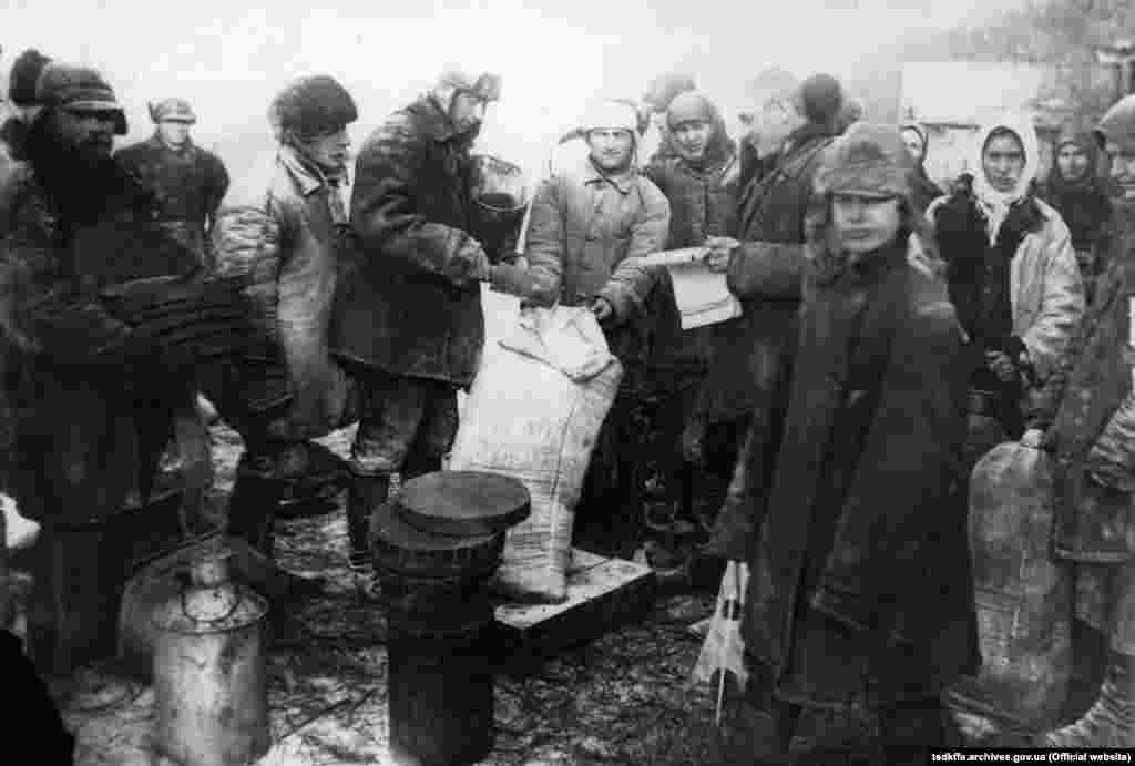 Видача продуктів колгоспникам на трудодні в колгоспі імені Д. Бєдного Донецької області, 1933 рік