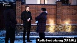 Журналіст програми «Схеми» Михайло Ткач спілкується з Іриною Бурлакою, рідною сестрою дружини Гройсмана