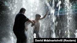 2 Iyul, Gürcüstan.. İnsanlar isti havada fontanlarda sərinləyir