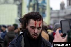 Участник акции в поддержку Навального в Санкт-Петербурге